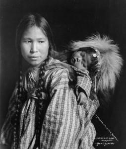 mulher e crian__a inut_1912_peq